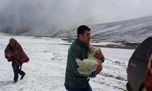 Ardahan'da kar yağışı yolları kapattı