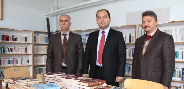 Beyşehir Belediyesi'nden Okul Kütüphanesine Kitap Desteği