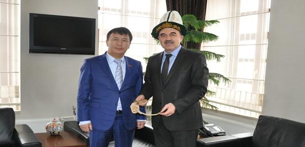 Kırgızistan Büyükelçisi Erol'a Kalpak Giydirdi