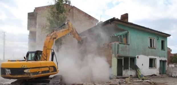 Selçuklu'da Tehlike Arz Eden Binalar Yıkılıyor
