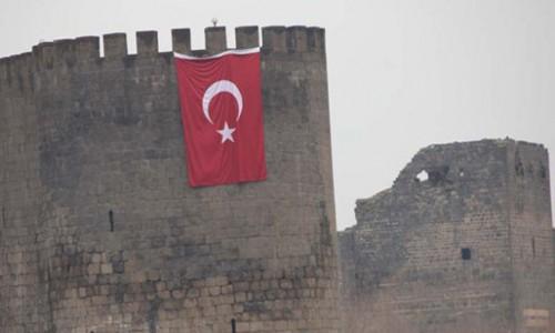 Sur Kalesi'ne dev Türk bayrağı asıldı