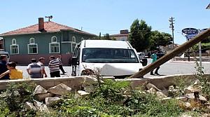 Öğrenci Servisi İle Otomobil Çarpişti: 11 Yaralı