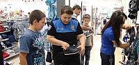 Polisten İhtiyaç Sahibi Çocuklara Bayramlık