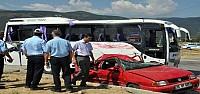 Midibüs Otomobille Çarpişti: 20 Yaralı