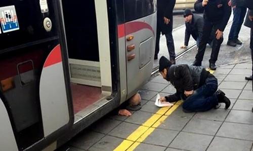 Tramvayın altında kaldı-kurtuldu