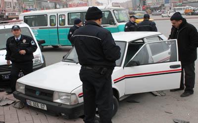 Olay anını gören vatandaşlar polisten kaçıyordu polis de